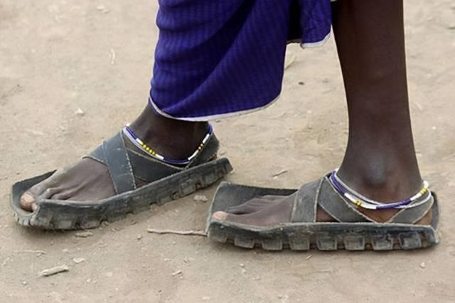 """非洲人的几个""""穷发明"""",轮胎当拖鞋,一双穿8年,真聪明"""