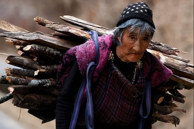 """""""长期贫穷""""的国家,幸福指数世界前几,有100块能做很多事"""