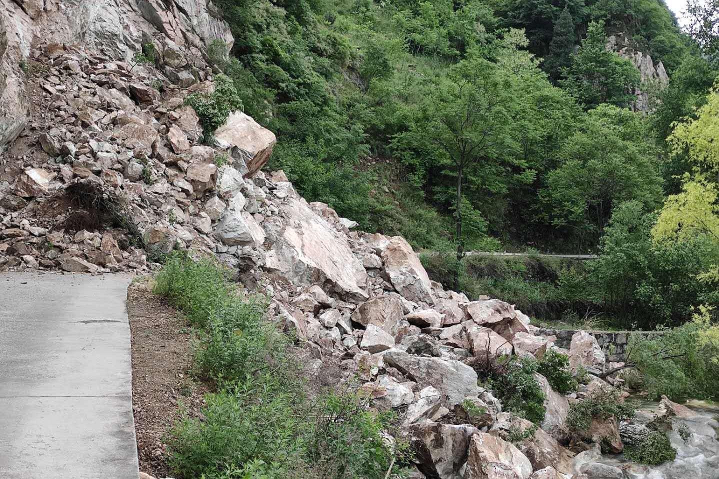 在西安秦岭终南山散步,偶遇山体大面积滑坡,游客上不去也下不来