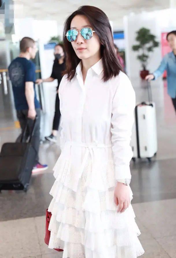 原创             秦海璐终于不土了,穿白色蛋糕裙遮大妈肚,看不出她在装少女!