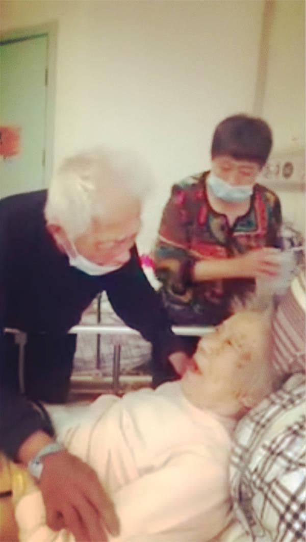 """97岁奶奶不肯吃药急哭99岁爷爷:为何""""白头偕老""""总会被浪漫化?"""