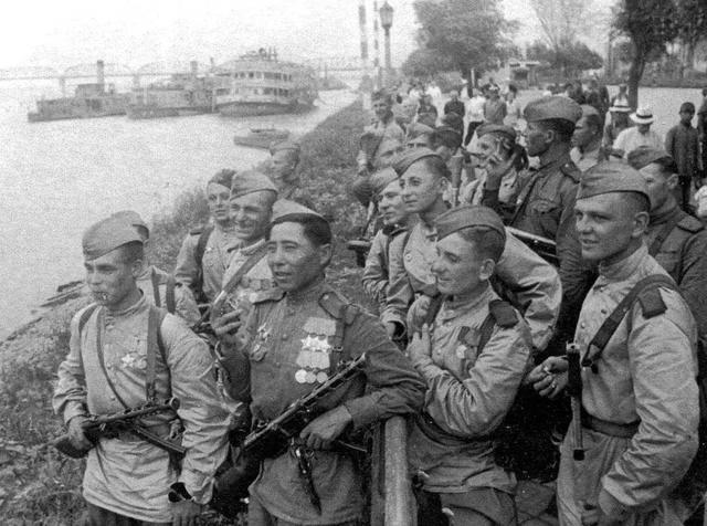 原创            1945年东北, 常看到几个苏军押送很多日本俘虏, 他们为何不反抗?