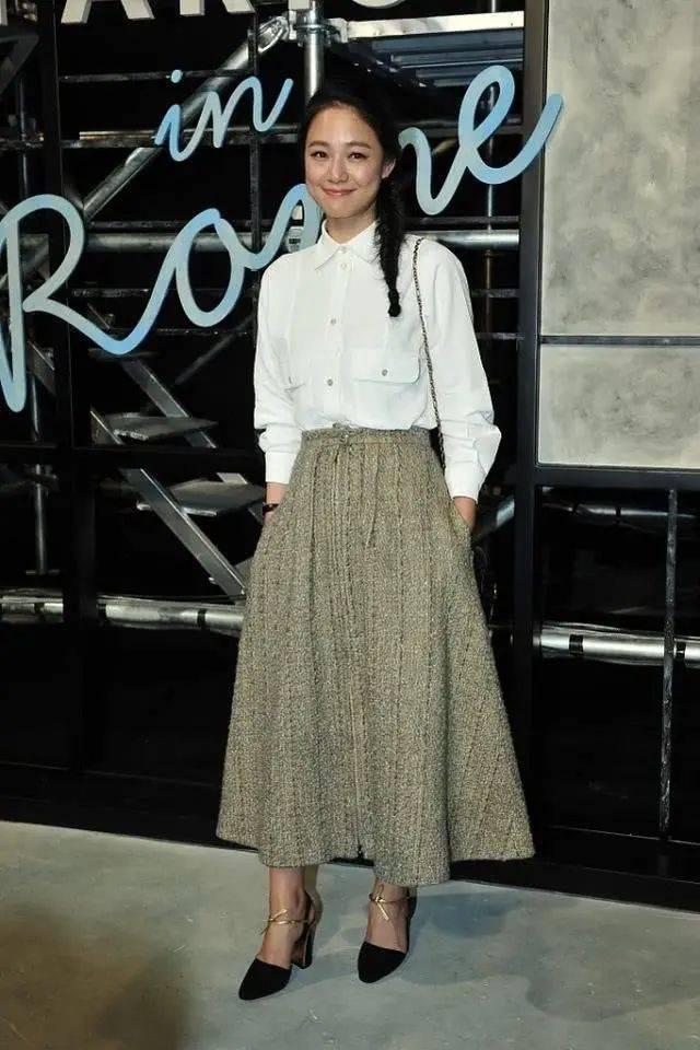 周韵服装像个学生,白衬衫配条半身裙,就是瘦太多了撑不起!