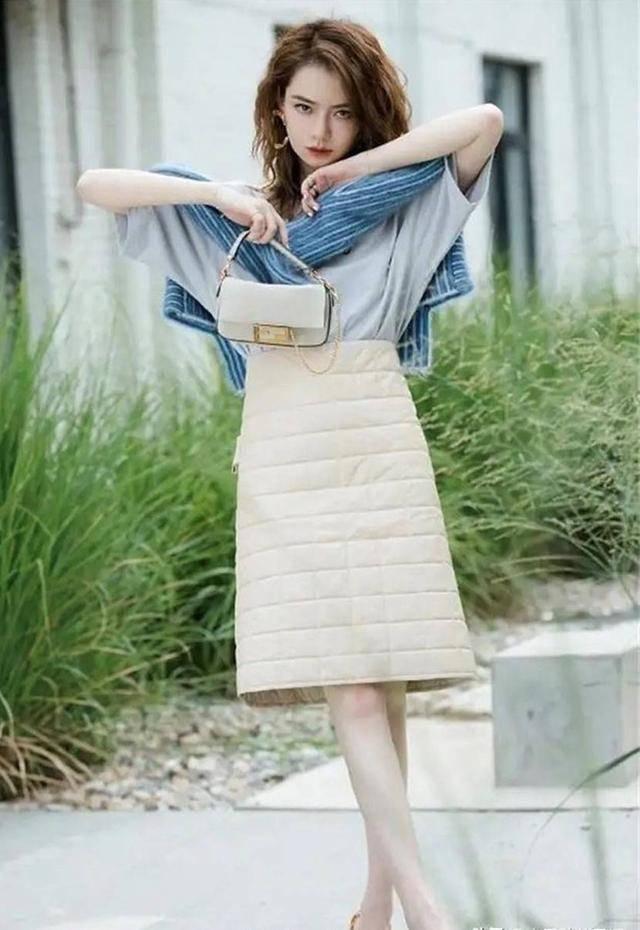 原创             戚薇新穿搭,彩色图案白T搭配亚麻色半裙,沙滩做背景青春又时尚