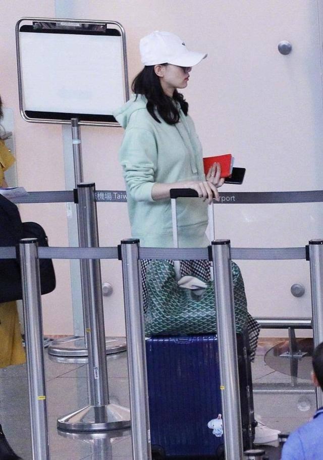 刘诗诗倪妮互助新剧,穿搭时尚惊艳又悦目,一颦一笑都美到骨子里