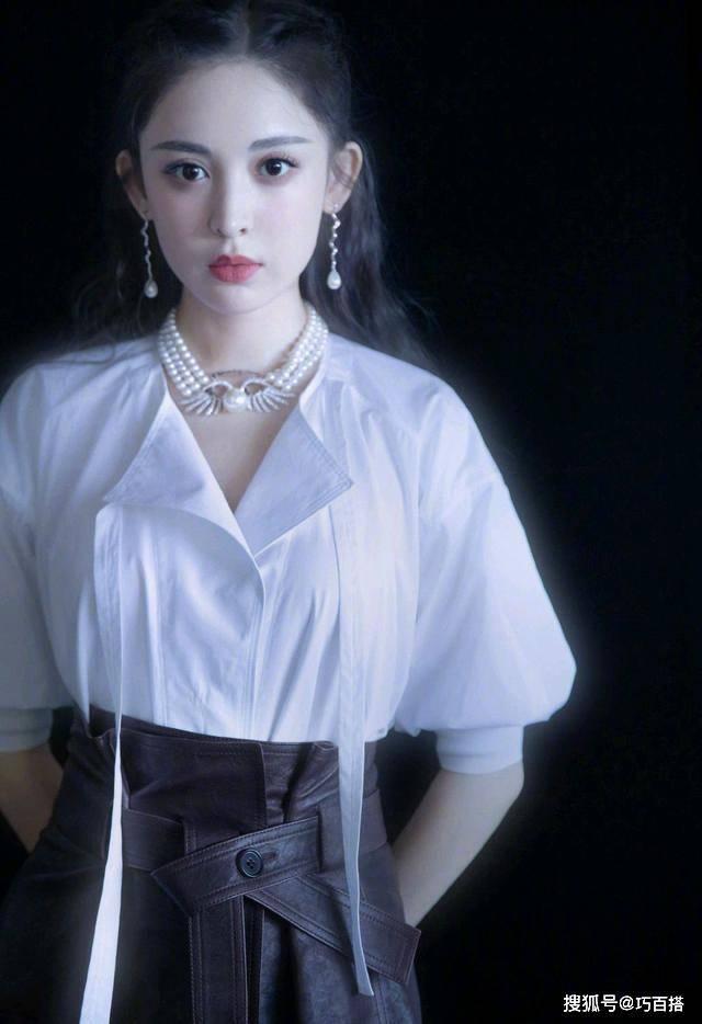 原创娜扎最新综艺造型,白衬衫配皮裙复古又精致,上身效果比模特更美