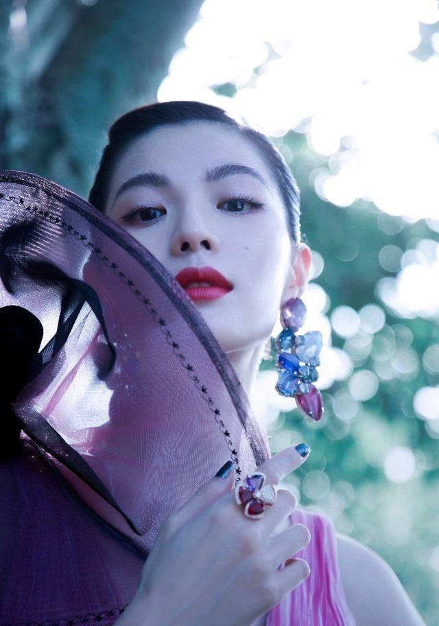 钟楚曦很敢穿,身穿一件开叉到肚脐眼的紫色连衣裙,美出新的高度