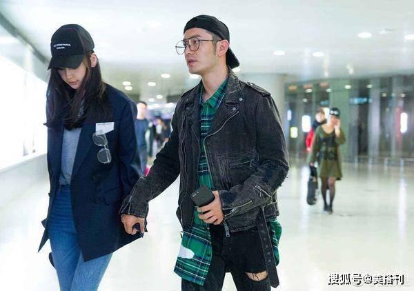 黄晓明遭网曝惹人心疼!机场穿暖色西装配黑裤,43岁再也不油腻了