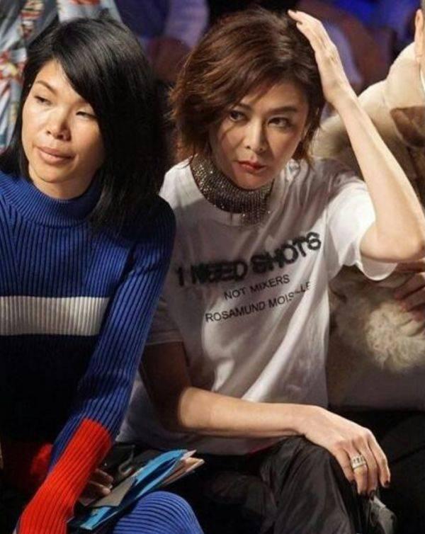 [吕燕]比旁边的吕燕还显嫩,关之琳真有57岁?穿T恤配七分裤看秀
