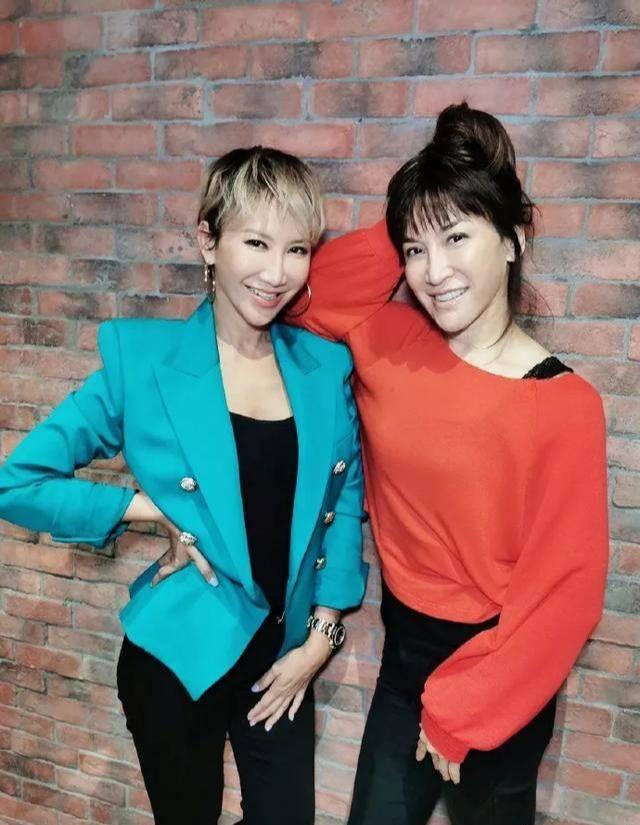 原创             李玟剪短发太减龄,晒姐妹合照看着像双胞胎,同款火辣身材惹人羡