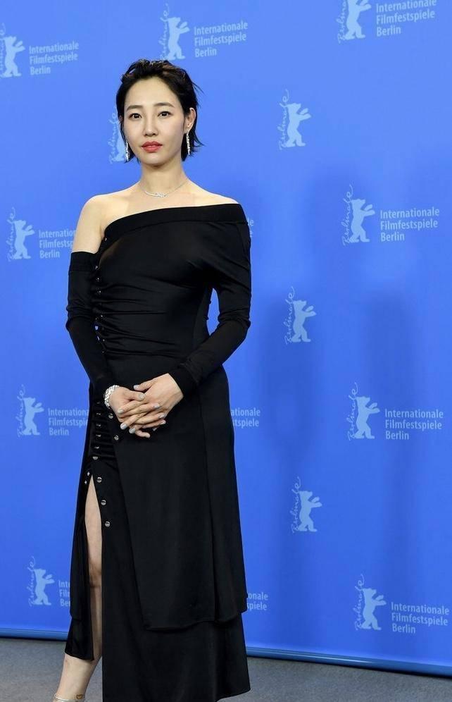 白百何穿衣胆大,一件黑色斜肩连衣裙大秀凹凸身材,减龄时髦