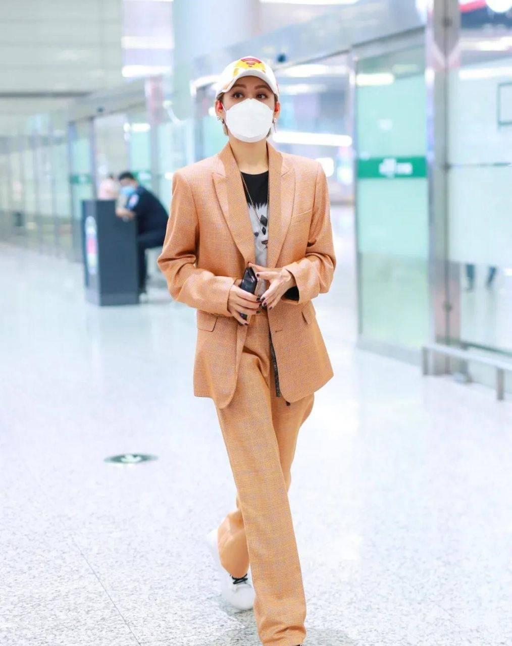 宁静越老越时尚,穿橘色西服现身机场,妥妥一枚帅气的大姐大!