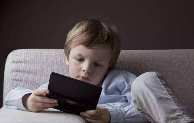 10岁男孩沉迷手机游戏,七年充值近10万,亲妈大怒将其送进派出所