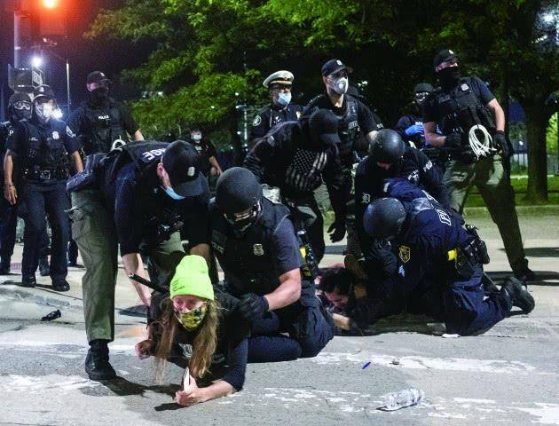 知了医生:美国70余城爆发抗议活动 抗议者遭卡车拖拽碾压身亡