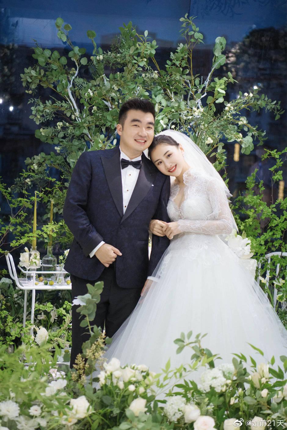 原创何雯娜身披白纱美翻!老公穿西装献舞,五个月大女儿见证父母婚礼