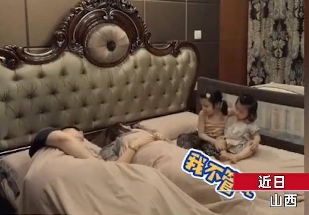 两萌娃半夜被鼾声惊醒,和宝妈一起看爸爸表演,网友:同一个爸爸