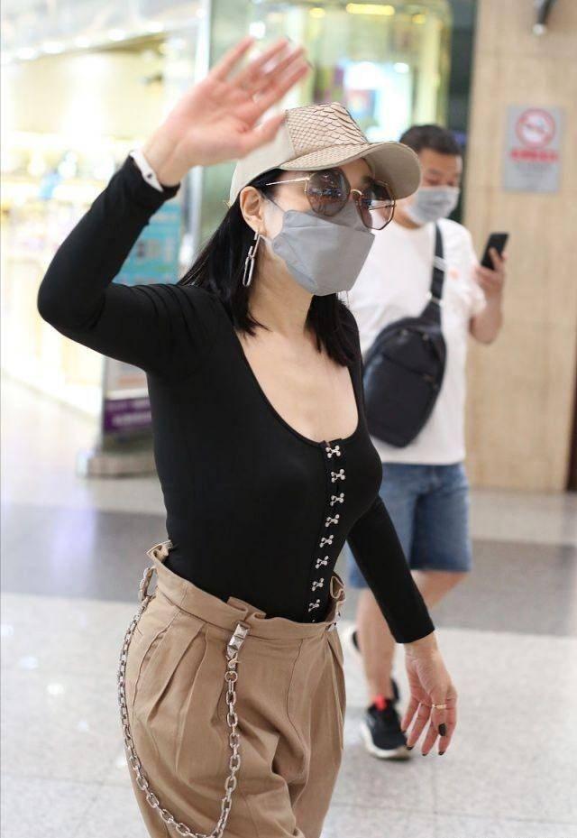 钟丽缇穿低领塑形衣走机场,瘦到裤子都填不满,为了姐姐们太拼了