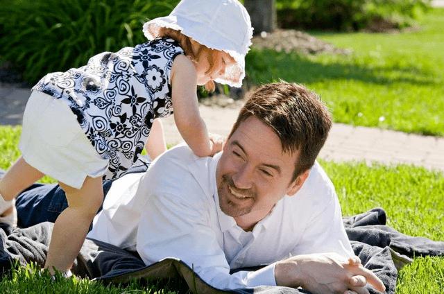 夏季酷热,小孩体质脆弱更易中暑,家长应如何做好预防?