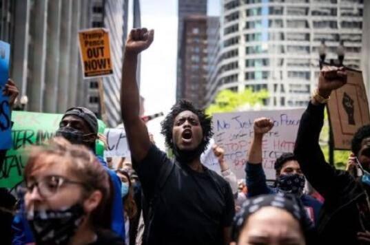 美国暴乱蔓延法国,疫情下万人示威,马克龙却欢呼幸福日子要回归_法国新闻_法国中文网