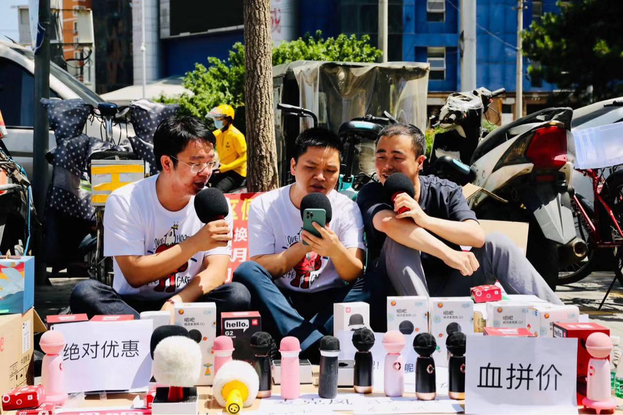 唱吧陳華:擺攤賣我們產品是糊口的好方法