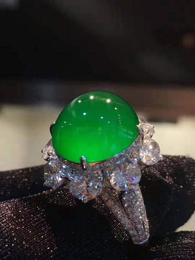 翡翠中的极品帝王绿,动不动就是天价,怎么识别才能认清楚呢?