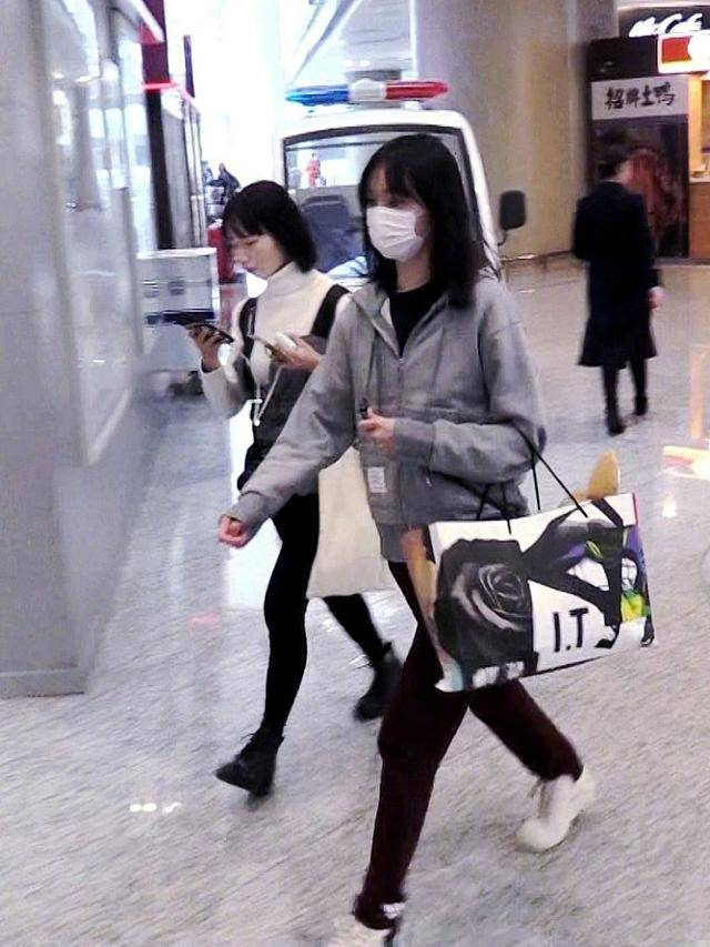 机场原创郑爽素颜现身机场 穿睡裤睡眼朦胧,略显邋遢,提着袋子超接地气