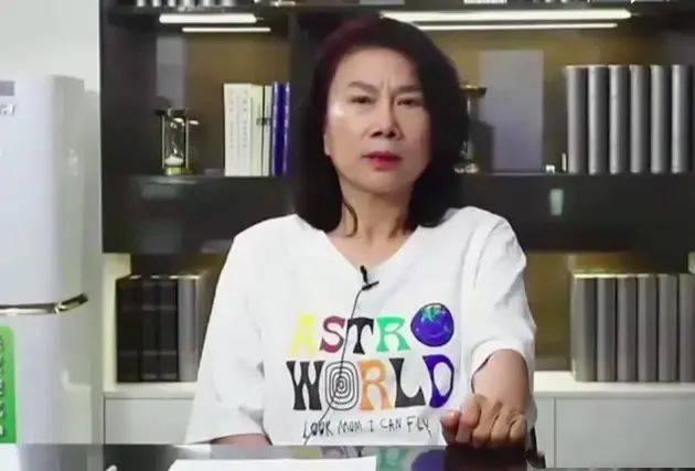 董明珠直播穿潮牌T恤,今年最