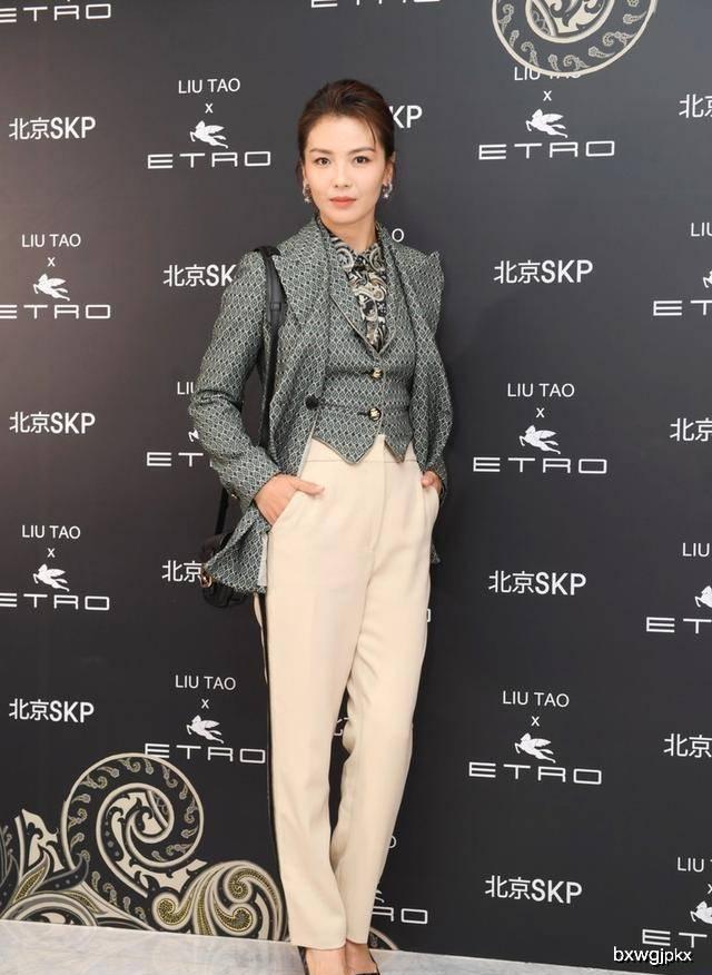 原创刘涛穿印花西装现身活动,米色长裤穿出职业范,印花太密看着眼晕