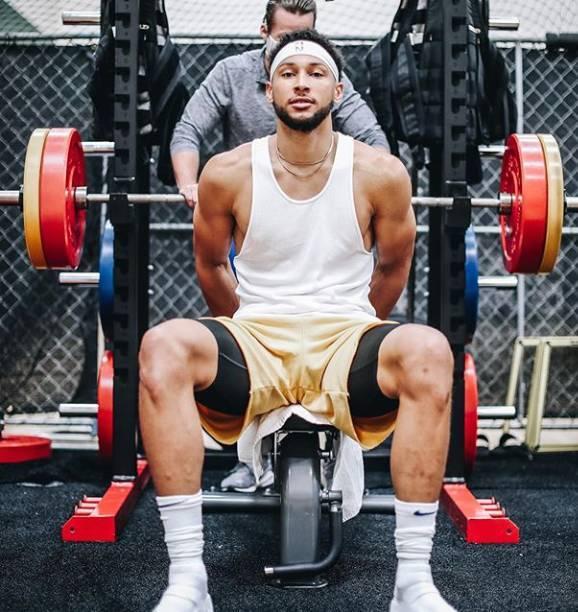 西蒙斯晒日常训练照 健身房力量训练积极备战复