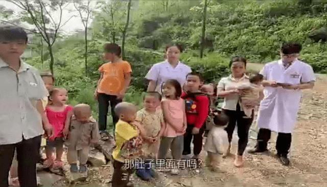 原创90后夫妻连生九个娃,多子女家庭的孩子有多辛酸