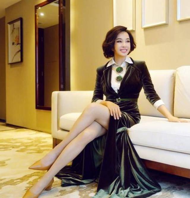 """原创             刘晓庆年龄越大穿得越""""嫩"""",开叉礼服裙秀身材,美得霸气又自信"""