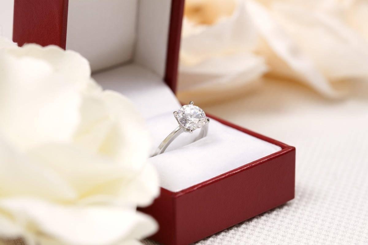 结婚想买大钻石,但是女友说没必要,买莫桑钻就好了
