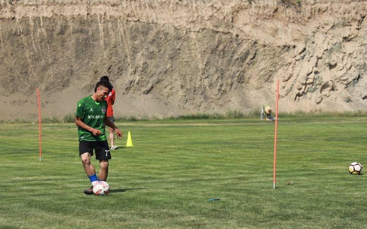 草根网红球员赴新疆队试训:踢不了职业就去当厨师