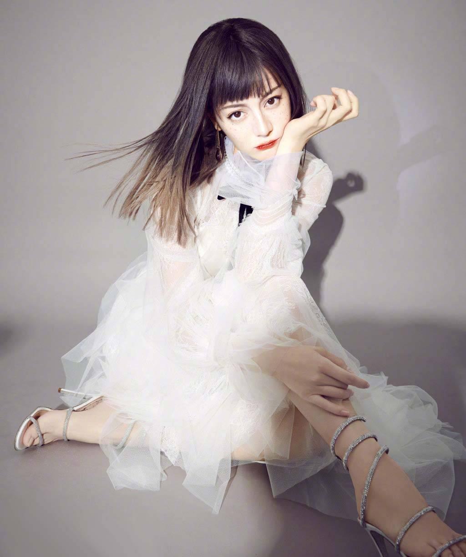 迪丽热巴时尚COSMO画报,直发齐刘海造型太绝太美太可了