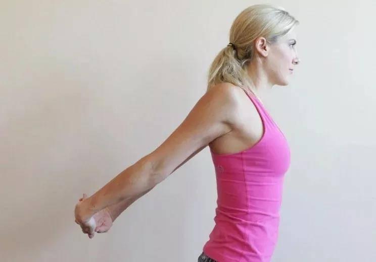 瑜伽前热身要全面,十个拉伸手腕的动作,看完避免伤害_手掌 知识百科 第6张