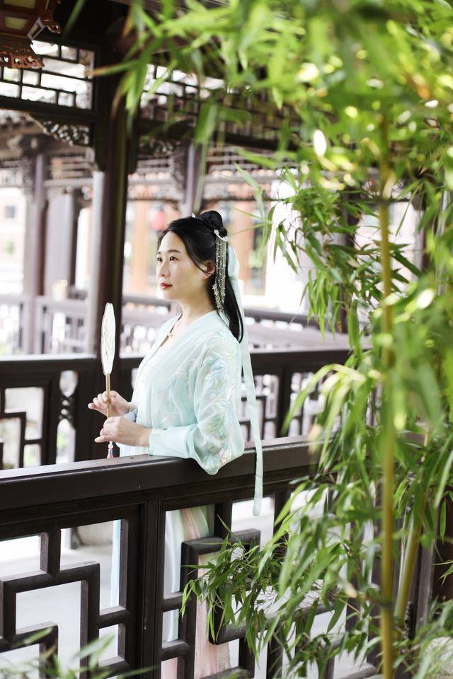 原创             中国最古典的城市之一,整座城都是古代园林,当地女子喜欢穿古装