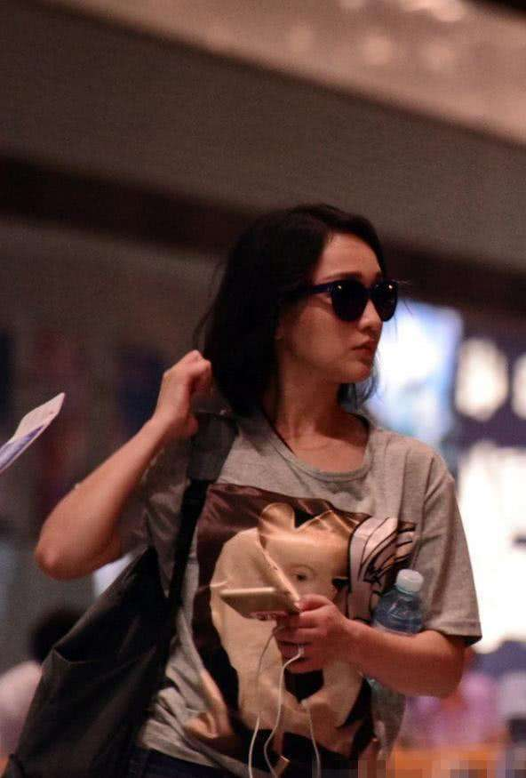 周迅穿廉价衣服走机场,素颜本来就显老了,也不会服装年轻点!