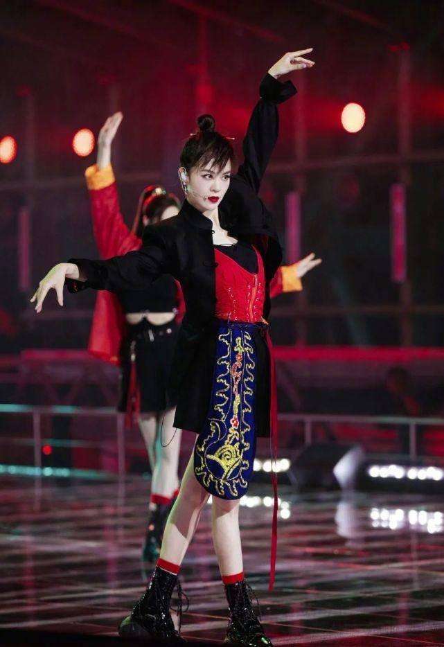 郁可唯胆子真大!首次公演cos羊驼太帅气,中国风造型真像女侠