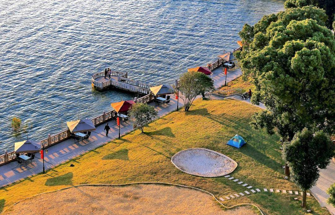 原创             沙滩夜市、水上游乐、美味龙虾,夏季来这家西山一线湖景酒店这么玩就对了!