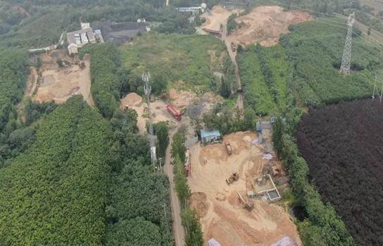 新密市岳村镇赵寨村的一处树林成了散乱污的乐园!