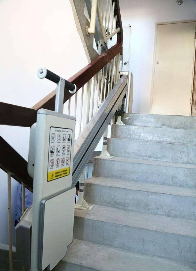 老旧小区没电梯老人爬楼