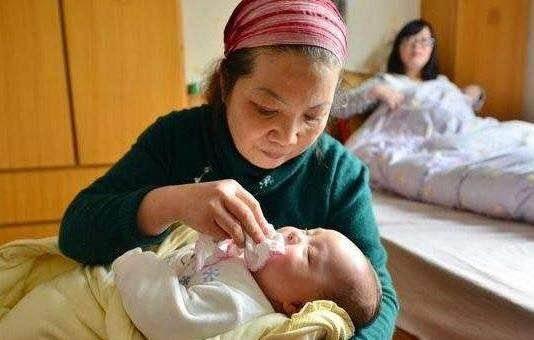 照顾新生宝宝,老人容易掉入几个陷阱,爸妈及时阻止以免害了孩子