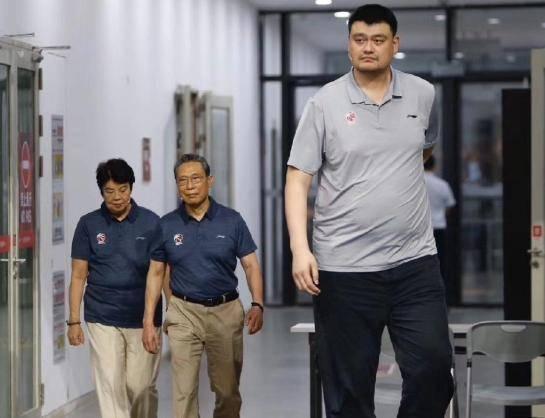 钟南山在他身边变小矮人 网友:这太可怕了