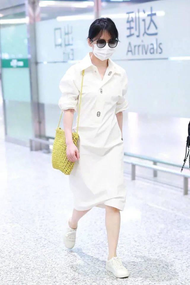 原创俞飞鸿现身机场,穿白色衬衫裙女神气质满满,哪里像是49岁女人?