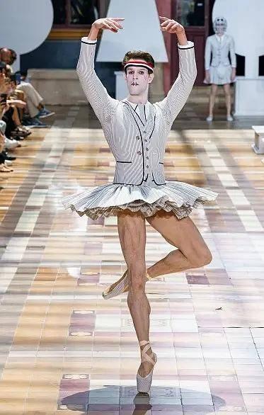 时尚圈令人接受无能的设计:LV草帽卖一万,卡戴珊到底穿没穿裤子