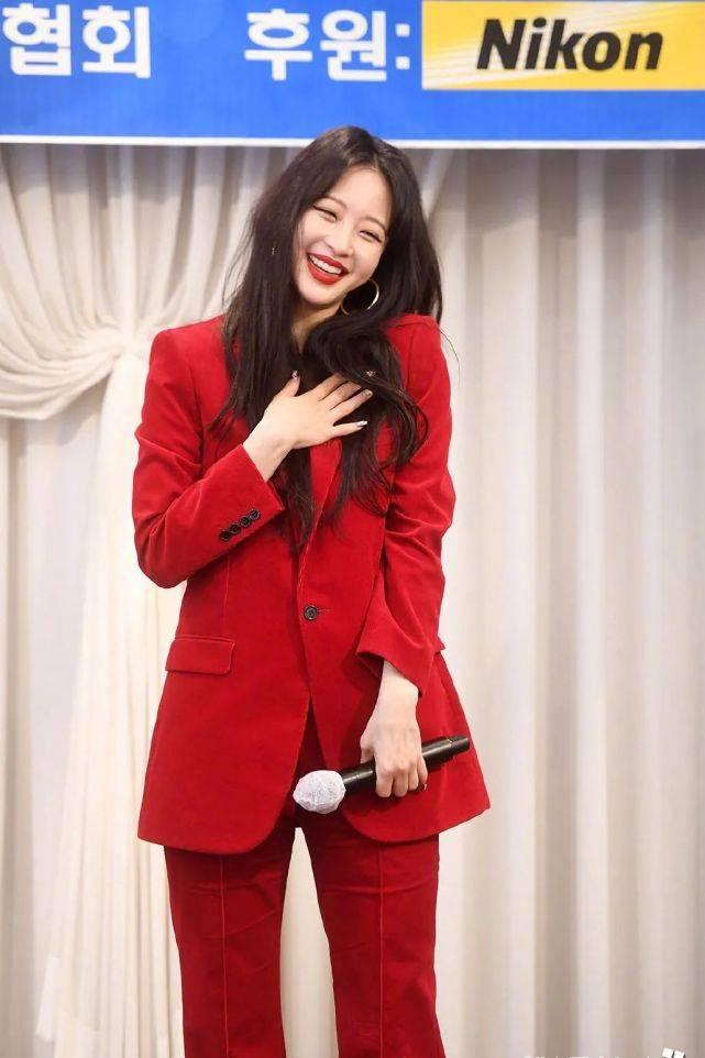 [万种]风情万种太迷人,40岁的韩艺瑟保养太好!穿红色西装配渣女大波浪
