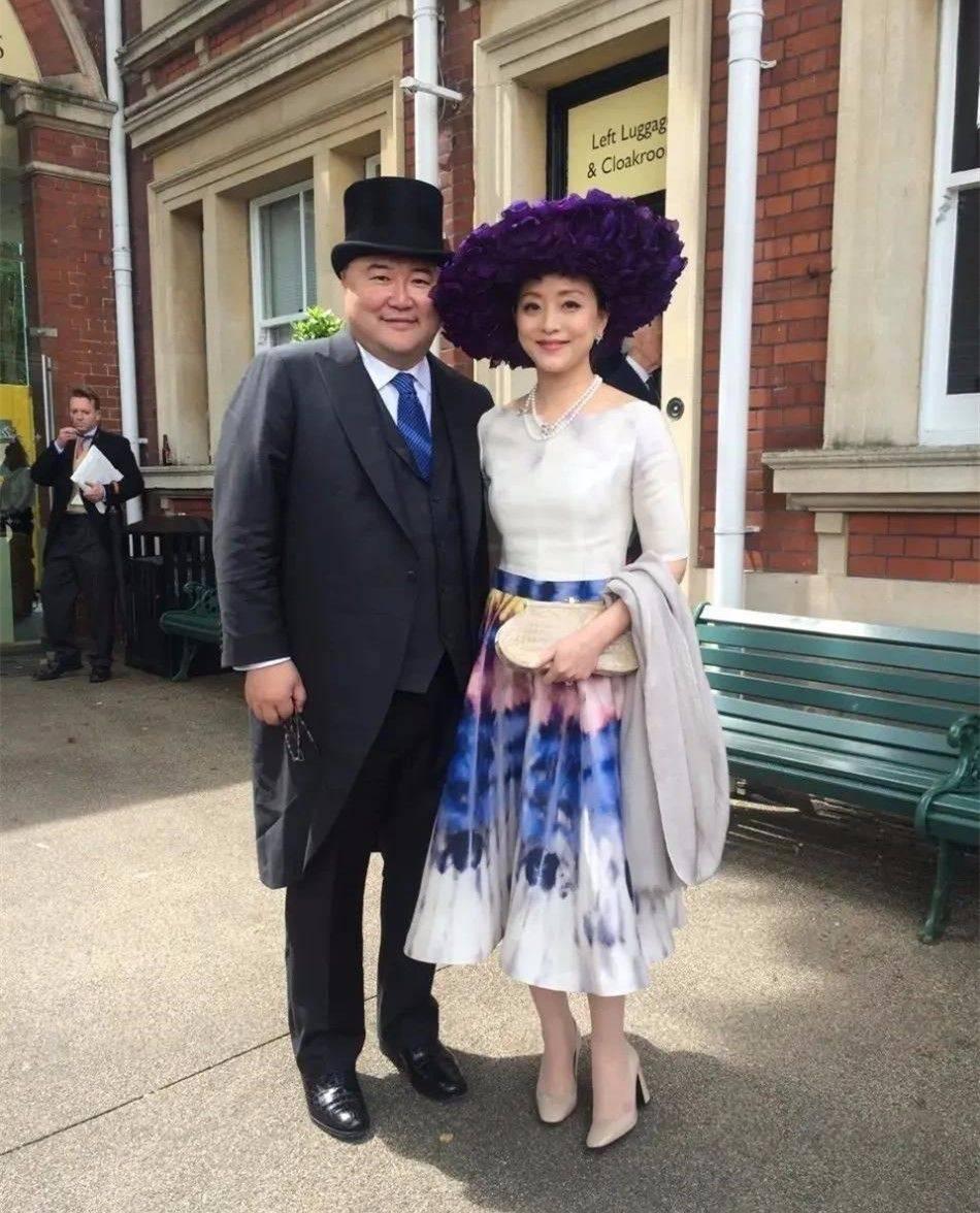 原创             杨澜跟老公国外看赛马,穿中长裙打扮贵妇范,有中年女性的优雅!