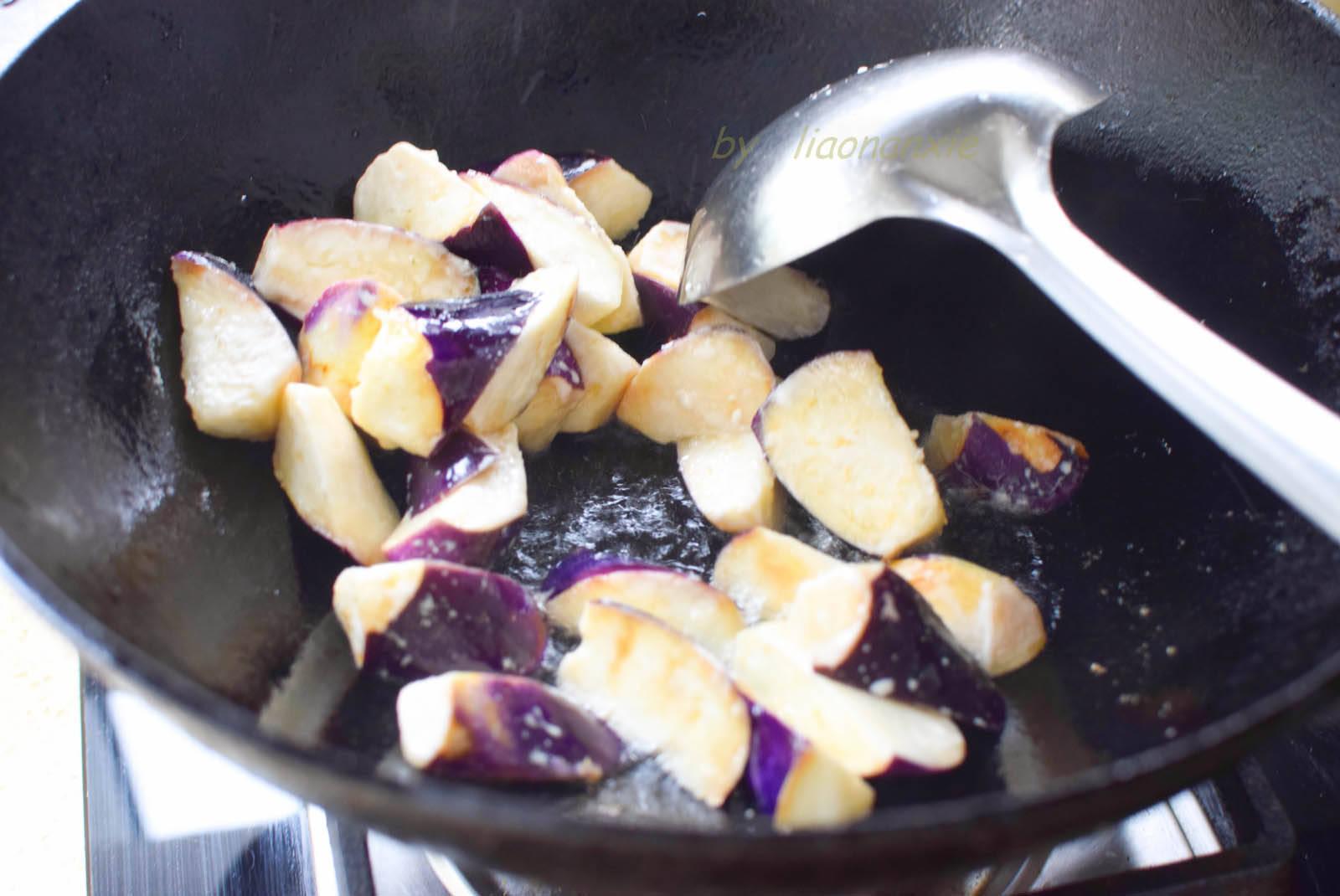 原创烧茄子,这方法真好用,不用油炸也很香,午饭做一盘,上桌就吃光
