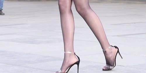 尖头细高跟鞋,国内女星中过气很多年了,最近却被韩国的女明星穿火了