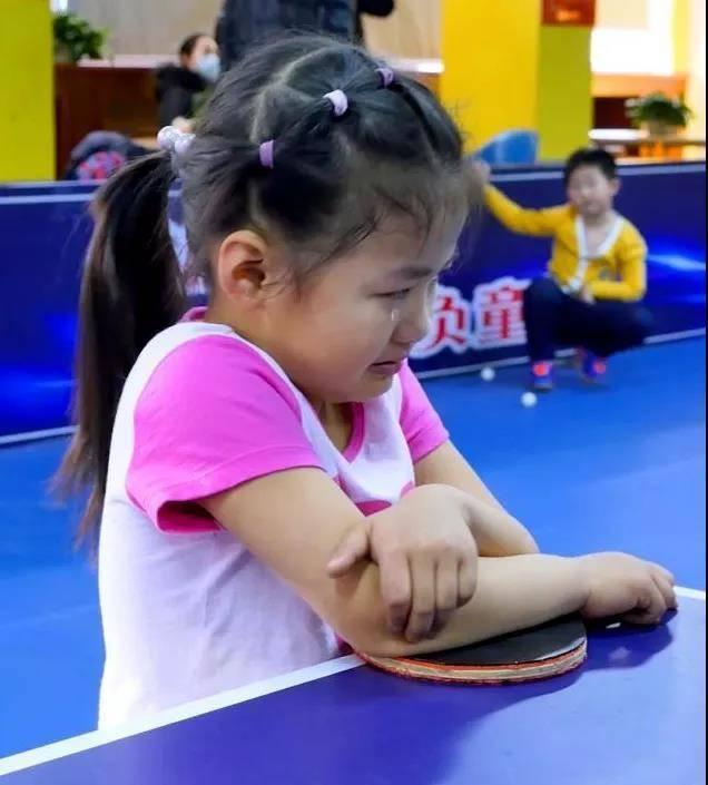 6岁女孩火了,乒乓球冠军邓亚萍亲自指导,张继科成为她粉丝